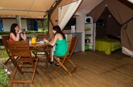 Espace cuisine et repas de la tente Lodge Victoria