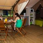 Espace repas de la tente Victoria Lodge Camping Ker Eden