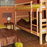 Chambre avec lits superposés et lit simple