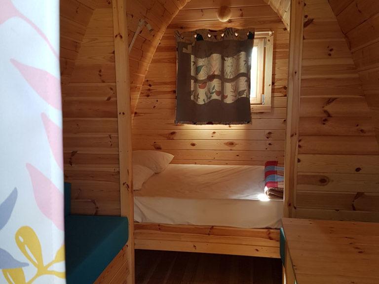 camping-ker-eden-pods-hebergement-insolite-interieur-lit-double