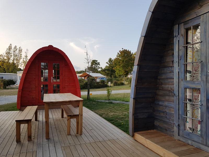 camping-ker-eden-pods-hebergement-insolite-rouge-bleu
