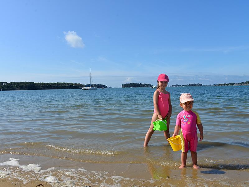 Les enfants jouent sur la plage devant le camping