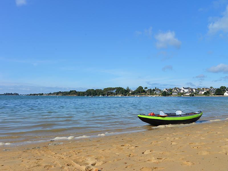 Kayak sur la plage devant le camping