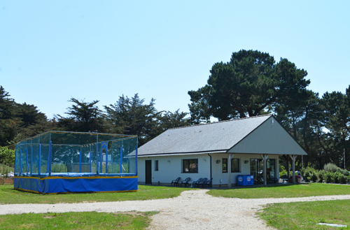 La réception et les trampolines camping Ker Eden