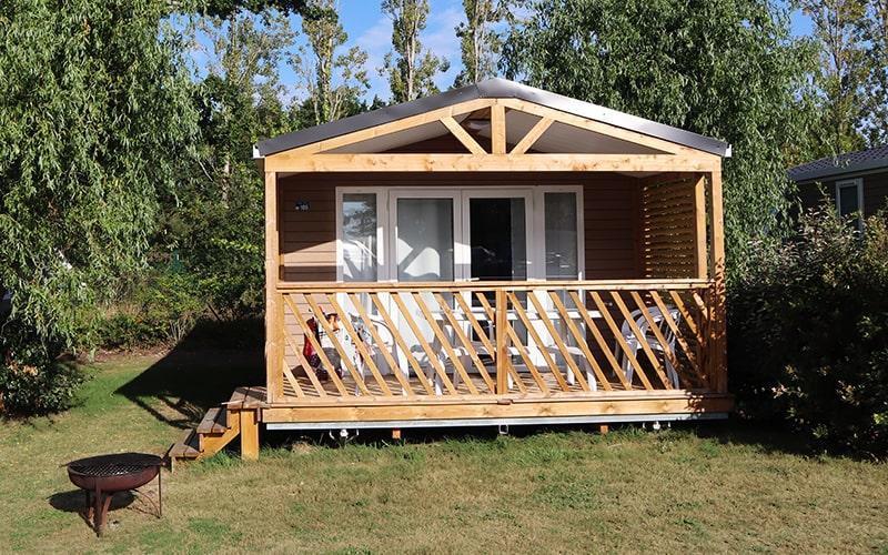 Une belle terrasse en bois couverte